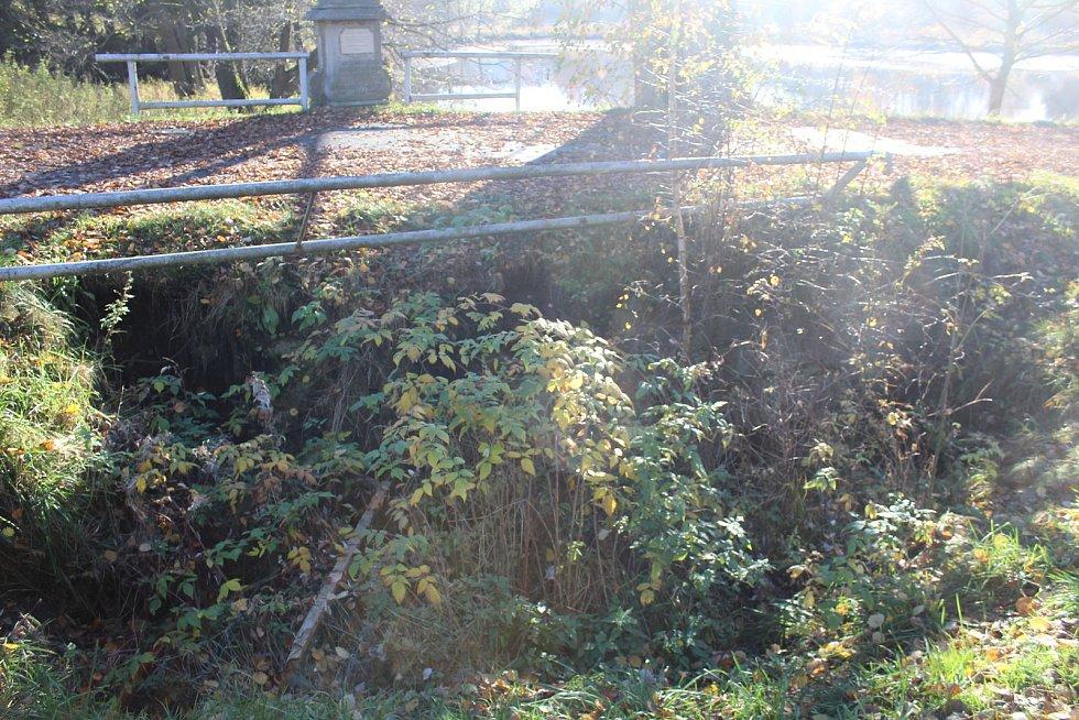 Kvůli poškozenému propustku byla vybudována provizorní komunikace.