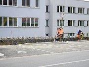 Oprava zvlněného chodníku a zábradlí u tachovského městského úřadu začala.