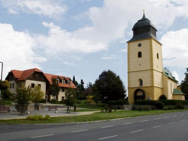 DOMINANTOU Přimdy je kostel sv. Jiří, který stojí na náměstí. Kostel je v posledních letech obnovován, dostal mimo jiné novou fasádu.