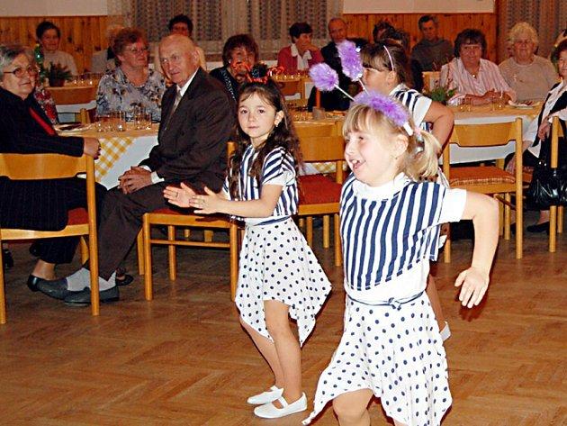 Tanečním vystoupením přišly halžské seniory potěšit také děti z místní základní školy.