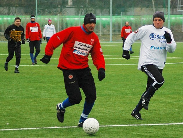 Karel Rada (vlevo) uniká Robertu Vágnerovi v silvestrovském fotbalovém zápase bývalých ligových fotbalistů FC Viktoria Plzeň na hřišti v Luční ulici.