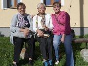 V Oboře se setkaly i spolužačky (zleva) Irena Sauková z Branky, Růžena Homolková z Tachova a Irena Kroupová.