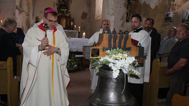 Biskup Tomáš Holub žehná restaurovanému zvonu v kostele sv. Martina v Racově.