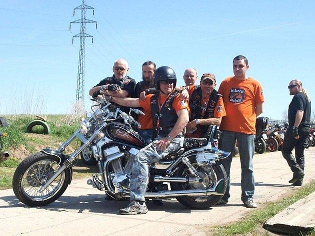 Martin Pohl (na motocyklu) a jeho kamarádi při otevírání sezóny.