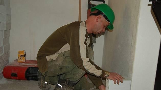 JAROSLAV MIŇOVSKÝ při zakládání zdi nových toalet, které právě vznikají v prostorách bývalé vrátnice.
