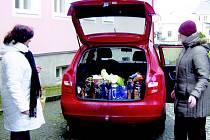 Spolupracovníci tachovské farnosti rozváželi dárky dětem ze sociálně slabších rodin. Dárky věnovali věřící.