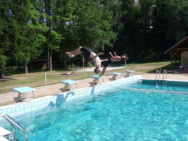 KOUPALIŠTĚ si oblíbili zejména mladí plavci, kterým se líbí skákání z můstků.