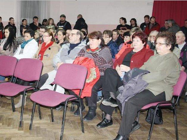 JEDNÁNÍ zastupitelstva v Částkově se v pondělí zúčastnilo několik desítek občanů.