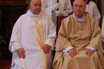 Na snímku z úvodu mše vlevo jubilant Vladimír Born, vedle něj biskup František Radkovský.