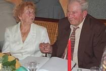 Marie a Otto Jančovi z Tachova oslavili v sobotu diamantovou svatbu. Stvrdili to podpisem do pamětní knihy.