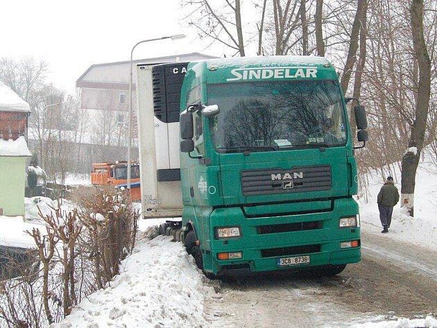 Na více než hodinu zatarasil kamion silnici v Plané.