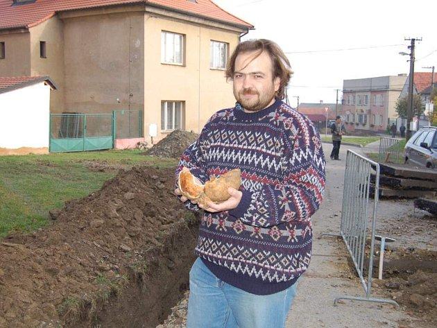 Desítky lidských kostí našel v Kostelci na Tachovsku v rámci archeologického průzkumu Nikola Rayman (na snímku) z Muzea Českého lesa v Tachově.