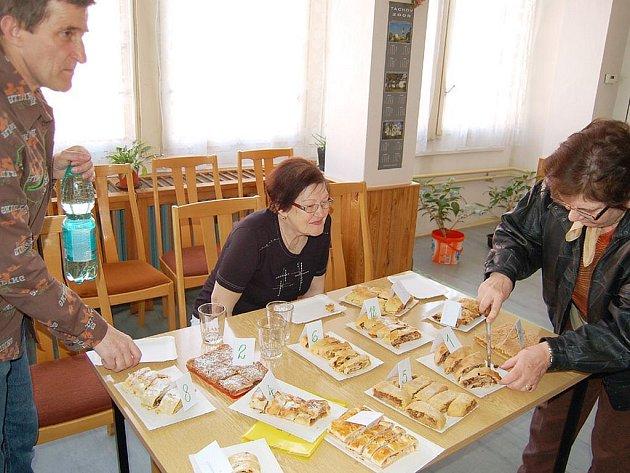 Soutěž o nejlepší štrúdl připravil Český svaz žen v Tachově. Sešlo se dvanáct vzorků.