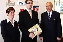 ROBIN ŠÍN (uprostřed), tachovský hokejový rozhodčí a předseda Krajského hokejového svazu v Plzni, převzal od předsedkyně Českého klubu Fair play Květy Peckové (vlevo) a předsedy Českého olympijského výboru Milana Jiráska (vpravo)