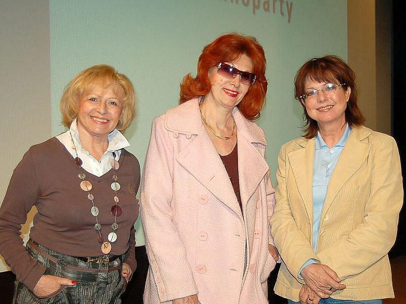 Tři bývalé televizní hlasatelky. Milena Vostřáková, Saskia Burešová a Marie Tomsová (zleva).