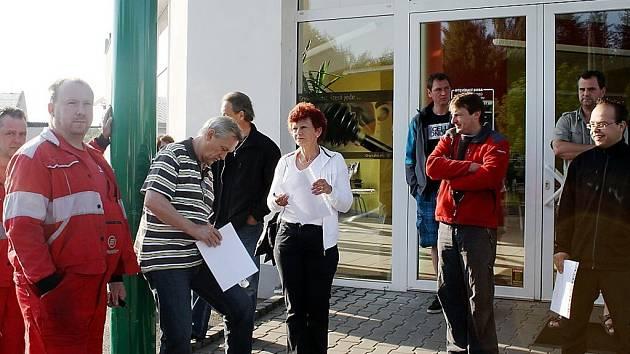 Každý den ráno před sedmou nastupuje jedenáct zaměstnanců tachovského autoservisu v Oldřichovské ulici do práce.