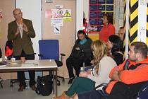 ZAMĚSTNANCI tachovské záchranky při schůzce s ředitelem Romanem Svitákem (vlevo).