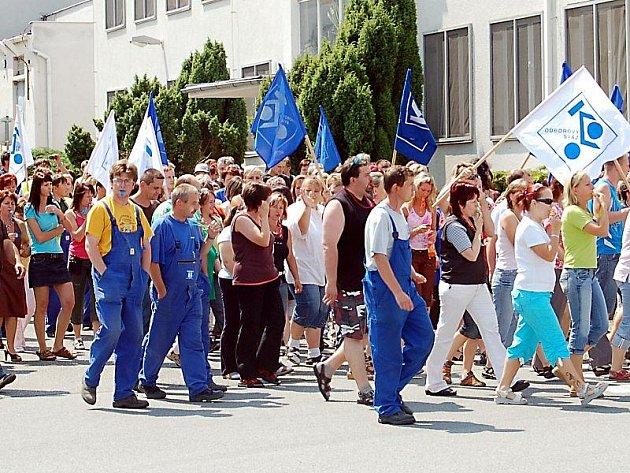 Zaměstnanci firmy vyjádřili podporu odborářům dvacetiminutovým pochodem pod okny vedení společnosti.