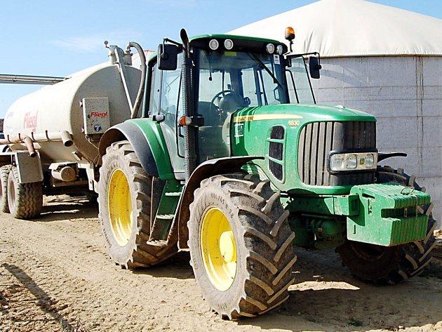 Tyto stroje rozvážejí páchnoucí  odpad z bioplynové stanice ve Svojšíně na okolní pole. Jednatel společnosti tvrdí, že vše probíhá podle stanovených předpisů.