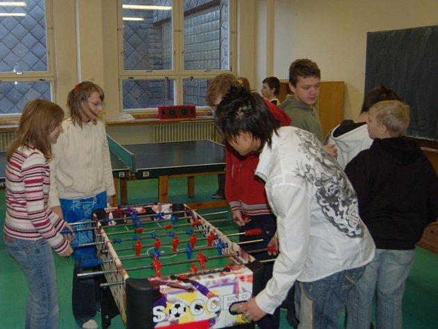 Žáci druhého stupně přimdské základní školy tráví přestávky v herně, kde mají k dispozici i stolní fotbal.