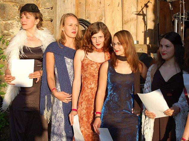Festival Holostok zahájila letos devítka děvčat variací na Beethovenovu devátou symfonii, Ódu na radost, v původní, německé verzi