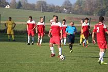 Fotbalisté Jiskry Třemešné (v červeném) zdemolovali o víkendu rezervu Studánky 9:1. Hráči Čechie Halže (ve žlutém) nehráli.