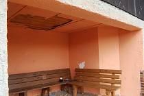 Autobusová čekárna v Přimdě (na snímku) je častým terčem vandalů. Naposledy vytrhali její stropní obložení.