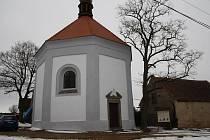 SOUČASNÁ PODOBA telické kaple. Objekt získal novou fasádu, opravena byla střecha, krov i zvonice.