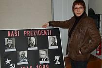 Renata Wilflingová s jedním z exponátů výstavy v tachovském muzeu