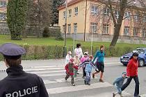 POUZE PŘES PŘECHOD. Tachovské přechody pro chodce byly včera pod bedlivým dozorem policistů. Děti ze základních škol si tak osvojovaly základní návyky bezpečného přecházení.