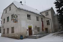 VNĚJŠÍ VZHLED kulturního domu v Chodském Újezdu se letos možná dočká opravy.