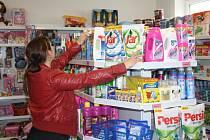 JANA BERČÍKOVÁ srovnává zboží v rodinné drogerii v Tachově. Prodejna má podle Berčíkových nejistou budoucnost, konkurence velkých řetězců je neúprosná.