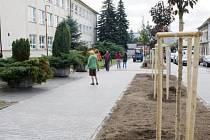 ŘADA INVESTIC směřuje v Boru do bezpečnosti chodců. Jedním z posledních počinů jsou nové chodníky a parkovací místa u školy