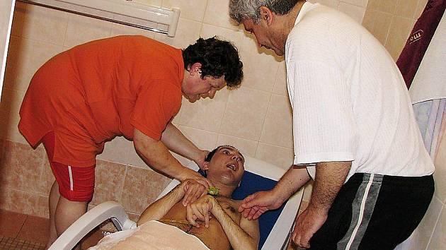 PETR SALAY V PÉČI SVÝCH RODIČŮ. Díky pomoci městysu Chodové Plané mohli Salayovi zrekonstruovat koupelnu. Nemocný Petr tak získal bezpečnější prostor pro hygienu.