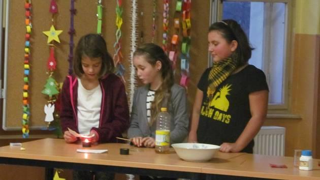 ČLENOVÉ REALIZAČNÍHO týmu představili projekt rodičům. Žákyně z 5. třídy představily, co se v rámci projektu naučily a veřejnosti předvedly pokus.
