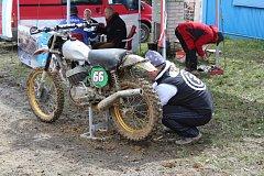 Ze zákulisí veteránského motokrosového závodu ve Stříbře.