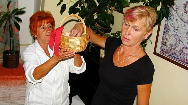 TŘI DĚTI dostanou věcný dar. Na lísteček je napsali dárci krve a tři z nich vylosovala Dana Tázlerová z Boru (na snímku vpravo). Při losování ji asistovala Marie Chomická.