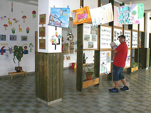 Do konce roku musí zřizovatel ZŠ ve Starém Sedlišti, místní obecní úřad, dát opravit střechu nad vestibulem. Zatéká do ní.