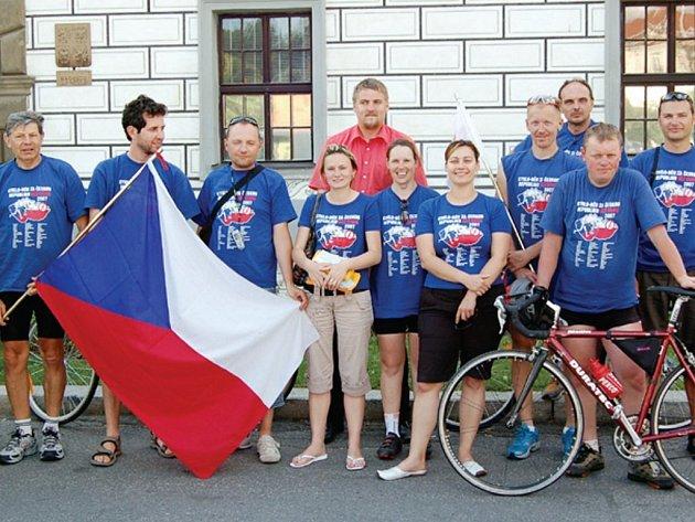 Účastníci cykloběhu se v úterý zastavili ve Stříbře, kde nám spolu s místostarostou města zapózovali před budovou radnice