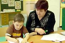 Zápisu se zúčastnil také Pavlík Dvorský. S paní učitelkou Magdou Kálalovou (oba na snímku) si měli o čem povídat