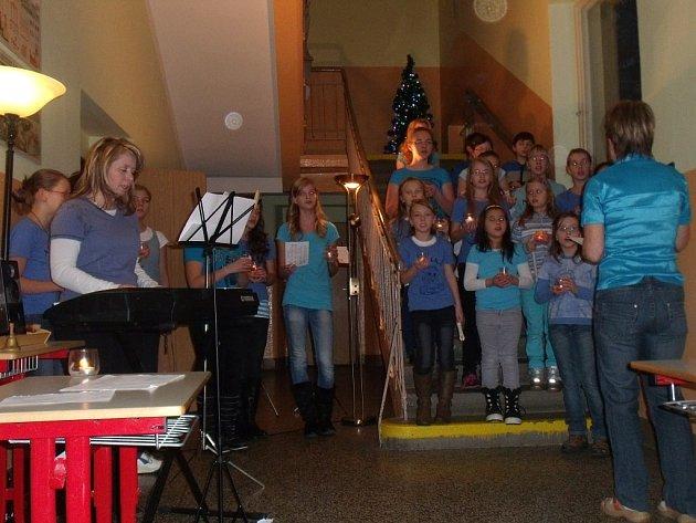 DĚTI z bezdružické základní školy zazpívaly vánoční koledy a písničky na schodišti školy. Poslechnout si je přišlo kolem osmdesáti lidí.