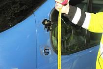 Mezi Úšavou a Částkovem srazila dvacetiletá řidička mikrobusu třiadvacetiletého chodce. Ten bojuje s těžkými zraněními v plzeňské nemocnici na Lochotíně. Řidička vyvázla bez zranění. Policista ukazuje místo střetu.