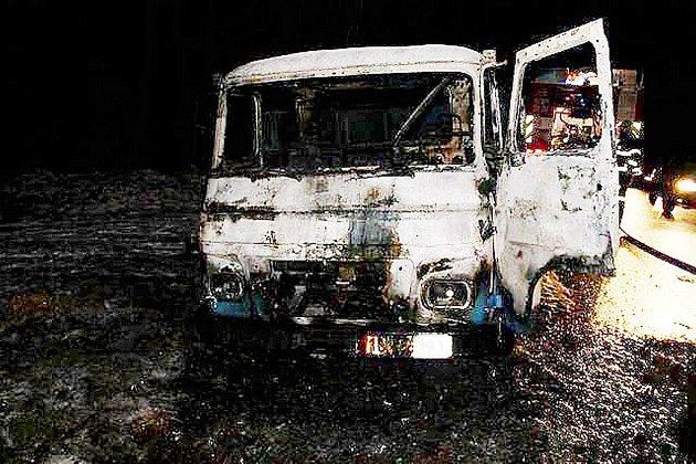 Odstavený nákladní automobil v Dolní Jadruži zachvátil v pondělí večer požár.