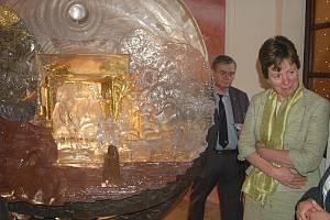 Unikátní Rybákův skleněný betlém si ve čtvrtek večer v Bezdružicích prohlédla také místopředsedkyně Evropského parlamentu Diana Wallis (vpravo naslouchá výkladu průvodce).