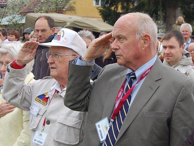 HYMNA. Takto salutovali bývalí vojáci, když zněla česká hymna.