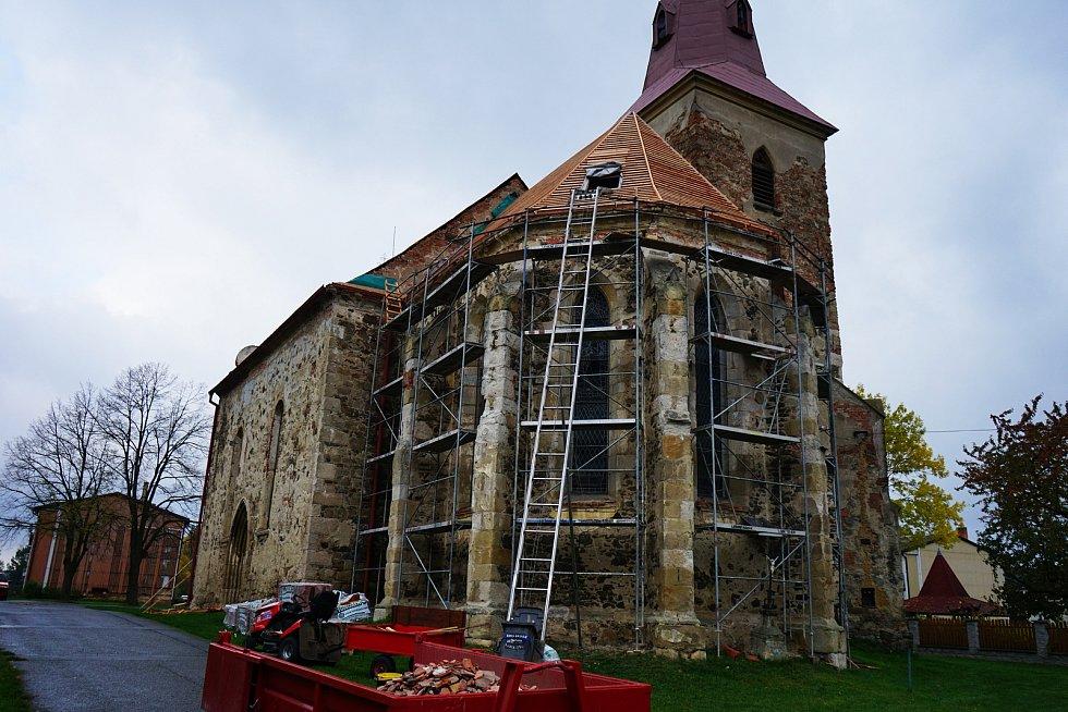 Opravy střechy kostela v Kostelci již začaly.