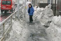 Za úklid a posyp chodníků zodpovídá město. To má na údržbu najatou firmu.
