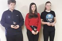 Úspěšní střelci z celkového pořadí kategorie vzduchová puška, 40 ran, dorost: zleva třetí Matěj Ludvík (SSK Staré Sedlo), vítězka Eliška Zajacová (SSKP Sokolov), celkové druhá Amálie Pintová (SSK Staré Sedlo).