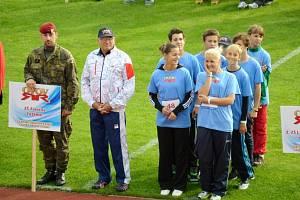 DRUŽSTVO ZŠ ZÁREČNÁ při nástupu s patronem, kterým byl olympijský vítěz ve střelbě Jan Kůrka (vlevo).