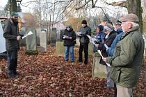 PRAKTICKÉ UKÁZKY přímo na náhrobních kamenech židovského hřbitova v Tachově představil historik Muzea Českého lesa Václav Fred Chvátal (na snímku vlevo). Účastníci tak mohli poznávat například  hebrejské písmo i tradice výzdoby náhrobků.